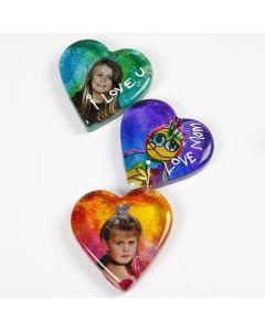 Glashjärta dekorerad med bilder och glasfärg