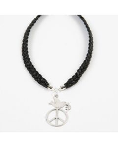 Halsband av flätat läder med berlock