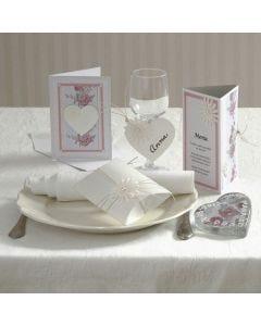 Inbjudning, kort och bordsdekorationer med daisyblommor