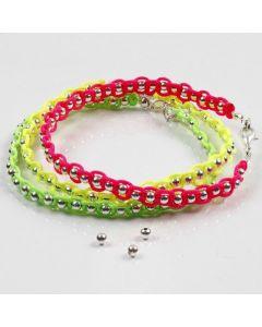 Silverpärlor och neonfärgat knytsnöre på smyckewire