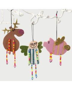Julfigurer av mossgummi med pärlben