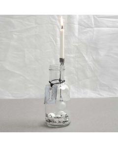 Flaska med dekorerad lljushållare och skylt i metall