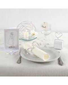 Inbjudning, dukning och bordsdekorationer till bröllop i vitt
