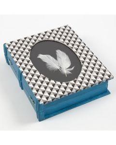 Dekorerad ask med ram och form av en bok