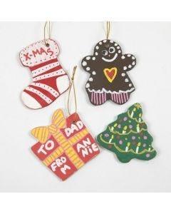 Julfigurer i lera, gjorda med kakformar