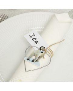 Bordskort av manillamärke med metallhjärta och trästickers
