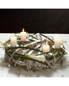 Naturkrans till blockljus med dekoration av platt bonzaitråd