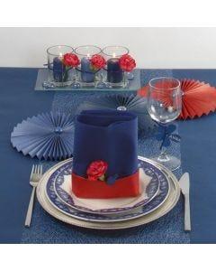 Bordsdukning och bordsdekorationer i blått med lite rött