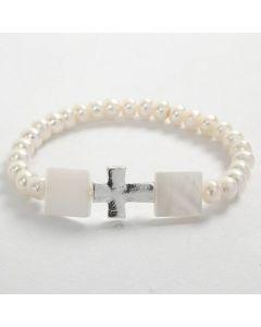 Armband av elastisk tråd med vita pärlor och kors