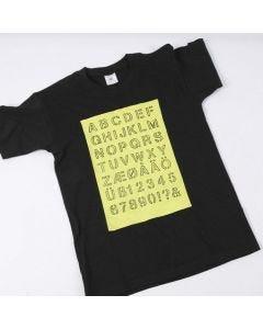 T-shirt med alfabetet i målat fält