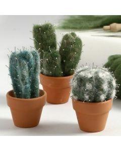 Nålfiltad kaktus av kartad ull med knappnålar som torn