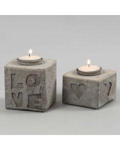 Gjutna ljusstakar med bokstäver och motiv i relief