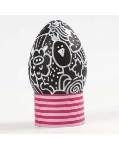 Doodling på ägg av svart plast
