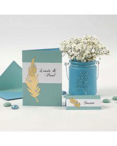 Inbjudning och placeringskort/bordskort med guldfjäder och rhinestones
