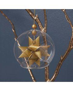 Glasklocka med en flätad guldstjärna på insidan