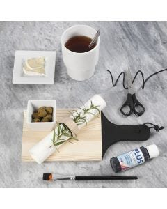 Målad skärbräda och servettring av trä.