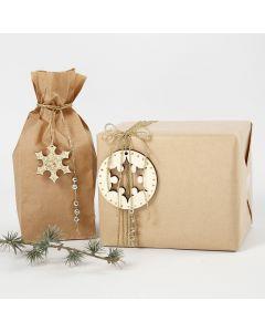 Paketinslagning dekorerad med diverse dekorationer i guld