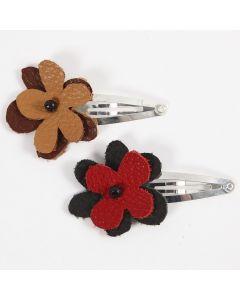 Hårspänne med blommor av läder.