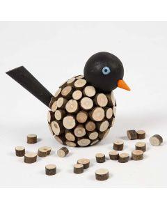 Målad fågel, dekorerad med små, avbarkade träskivor