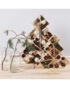 Julgran dekorerad med julkulor, kottar, gran och ljus
