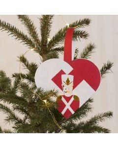 Flätade julhjärtan med nötknäpparen som motiv.