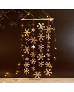 Hängande dekoration med snöflingor av läderpapper.