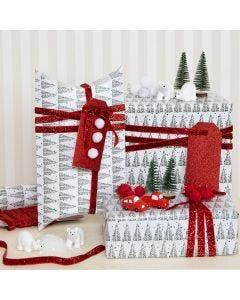 Julklappar dekorerade med pompoms och minifigurer