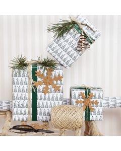 Julklappsinslagning med granmotiv och dekorationer i läderpapper