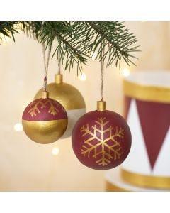 Julkulor av trä dekorerade med hobbyfärg och hobbyfärg i tuschpenna.