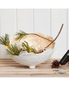 Skål av gipsgaze med glitter, dekorerad med glaskulor, kottar m.m.