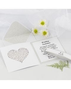 Kort och kuvert till bröllopsinbjudning dekorerade med designpapper