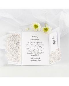 Tvåvingad bröllopsinbjudning dekorerad med spetskartong