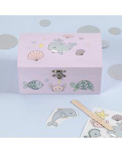 Rub on figurer med motiv av havsdjur på skattkista av trä