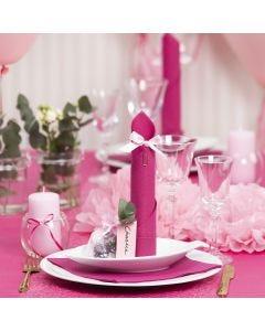 Bordsdukning och bordsdekoration i ljusröd med pappersblommor, ballonger, servetter vikta som torn och bordskort.