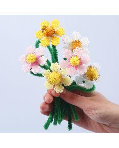 Blommor av rörpärlor och piprensare med pompoms