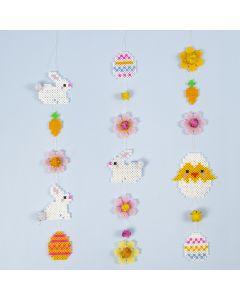 Påskgirlanger av rörpärlor med påskharar, påskägg, blommor och påskkycklingar.