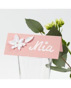 Bordskort med utstansade blommor i kartong med 3D-effekt