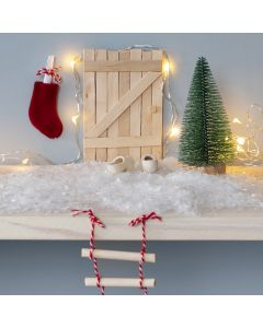 Nissedörr av glasspinnar med repstege och julstrumpa som brevlåda