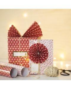 Julklappsinslagning med solfjäder och rosett av papper.