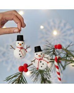 Snögubben av Foam Clay samt käpp och bär av Silk Clay