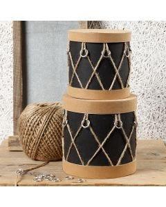Pappaskar dekorerade som trummor med läderpapper, ringar och natursnöre
