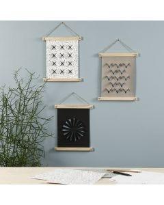 Tavlor av läderpapper dekorerade med brännpenna.