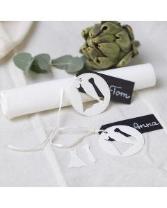 Bordskort till bröllop med klänning och slips.