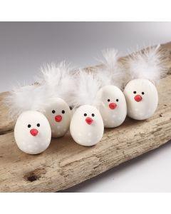 Påskkycklingar av självhärdande lera och fjädrar.