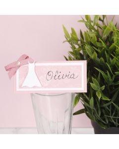 Bordskort till konfirmation dekorerad med klänning och rosett