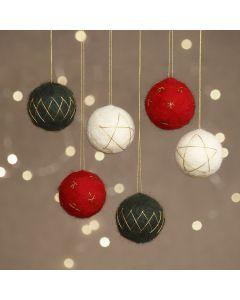 Nålfiltade julkulor på frigolit med guldtråd.