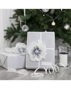 Presentinslagning dekorerad med blommor av silkespapper