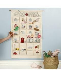 En hängande organiser dekorerad som ett lekhus med stryktyg