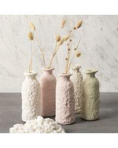Vas av glasflaska klädd med pulp