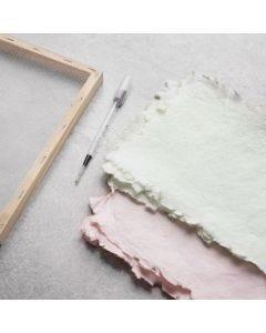 Så här gör du handgjort papper som färgas med akvarellfärg